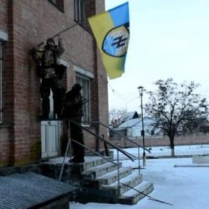 """Видео как бойцы """"Азова"""" устанавливают полковой флаг в центре Коминтерново"""